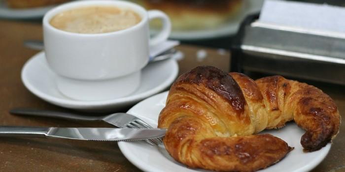 colazione-bar-cornetto-cappuccino-700x350